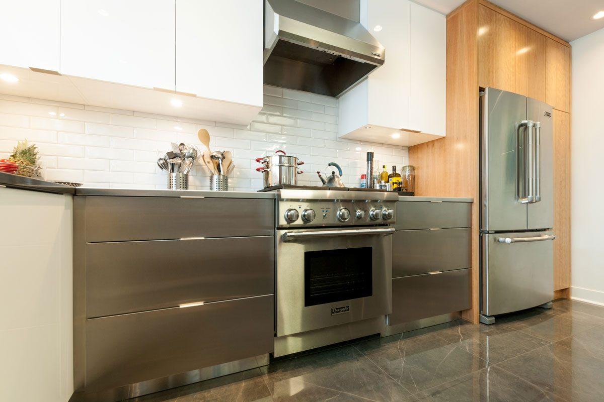 Armoire de cuisine en similaque et éléctroménagers inox