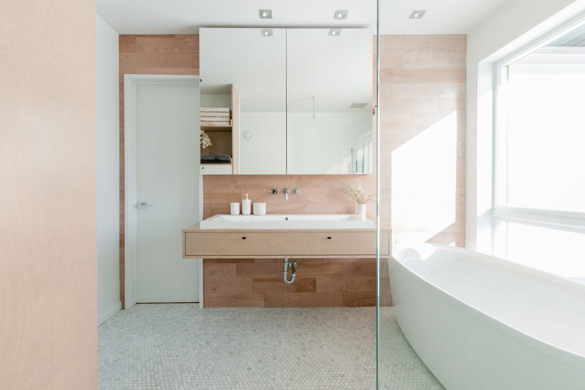 Salle de bain avec armoire en merisier et robinetterie design